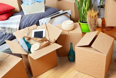 Umzug: Volle Kisten am Boden einer Wohnung